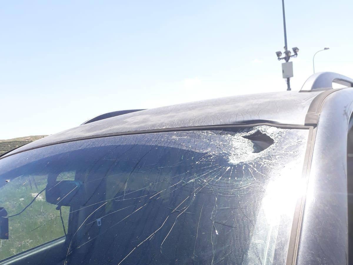 פטיש הושלך לעבר רכב סמוך לתקוע; אזרח ישראלי נפצע באורח קל