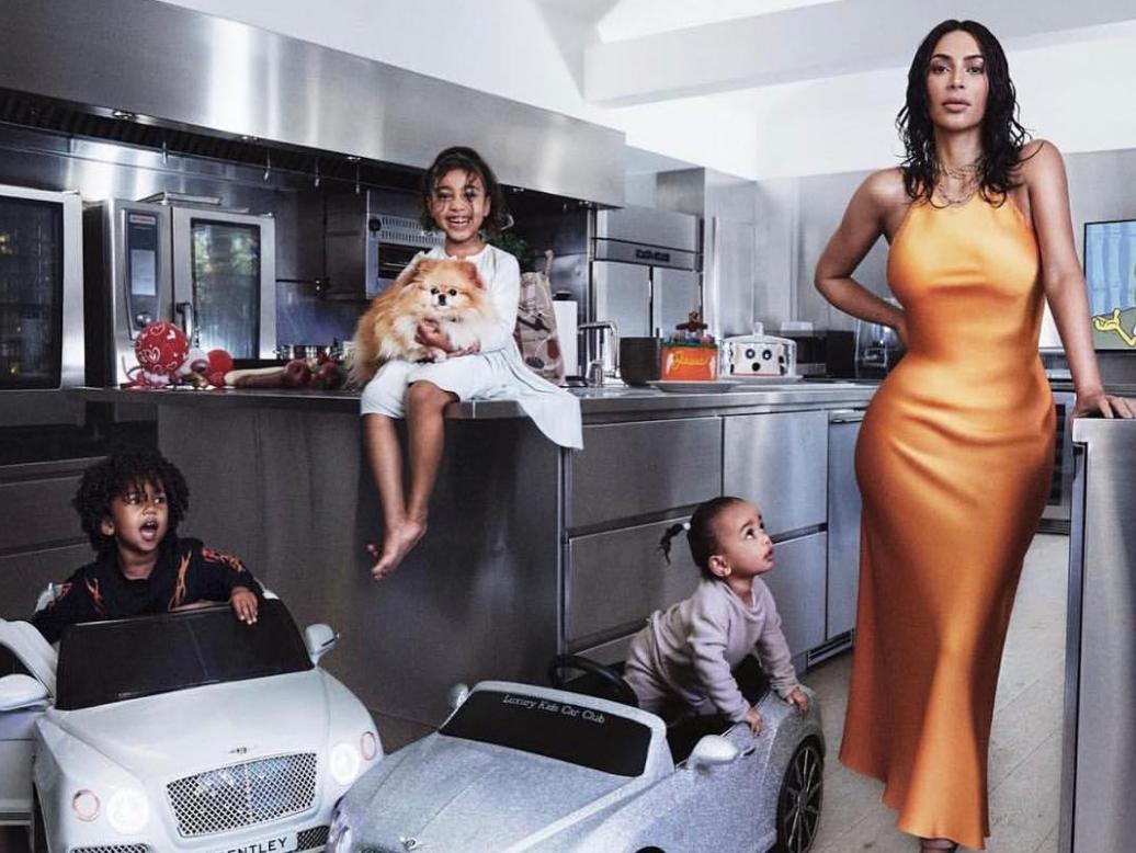 כשהילדים משמשים כפרופס: קים קרדשיאן על שער מגזין ווג האמריקאי