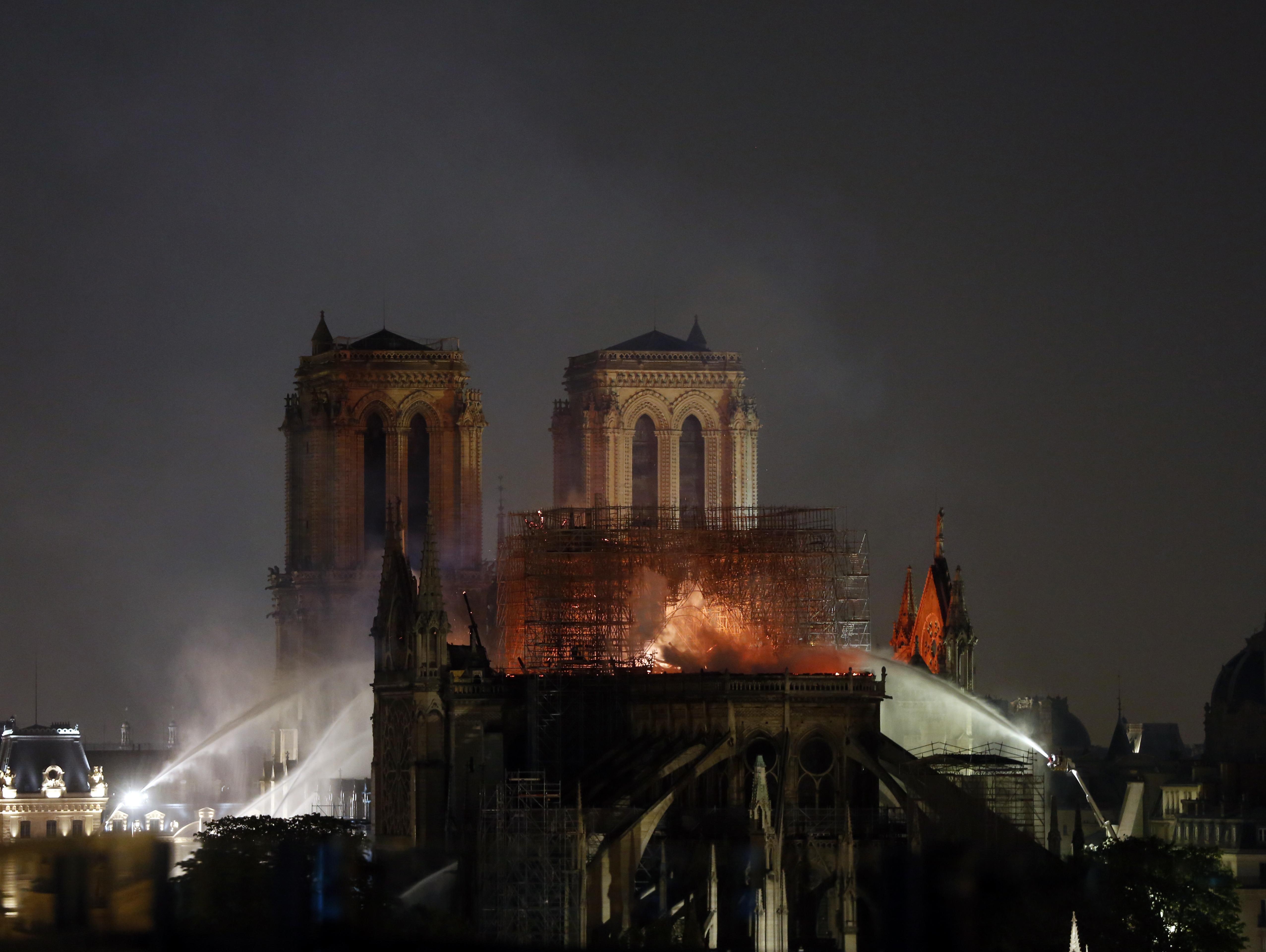 בת 800 במצב משומש: כך הפכה קתדרלת נוטרדאם למלכודת אש