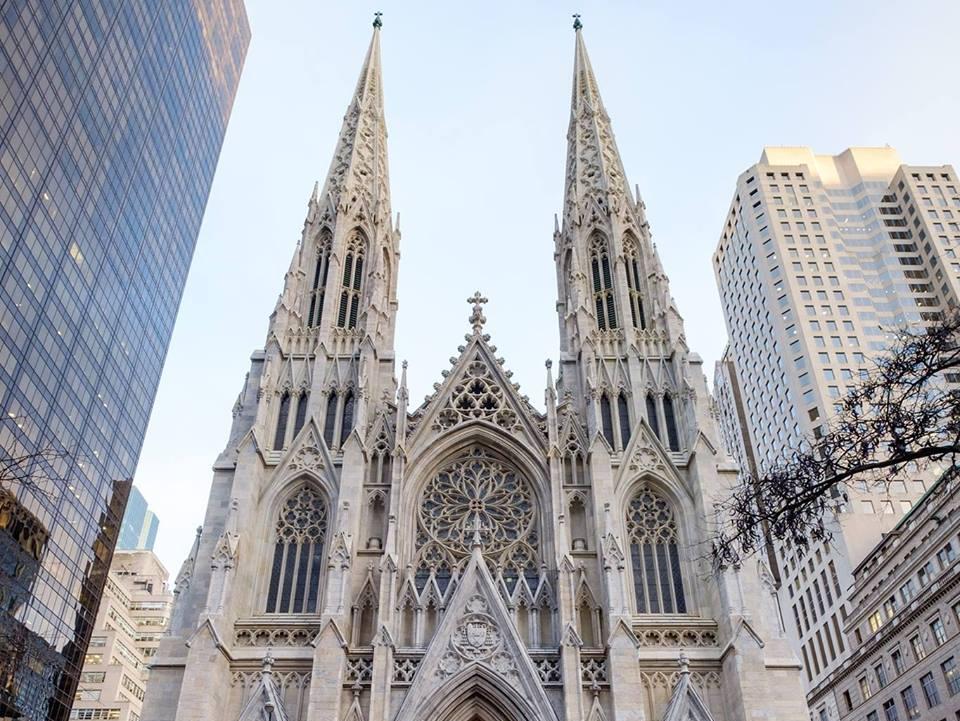 רצה לחקות את נוטרדאם? גבר עם מכלי דלק ניסה להיכנס לקתדרלה בניו יורק ונעצר