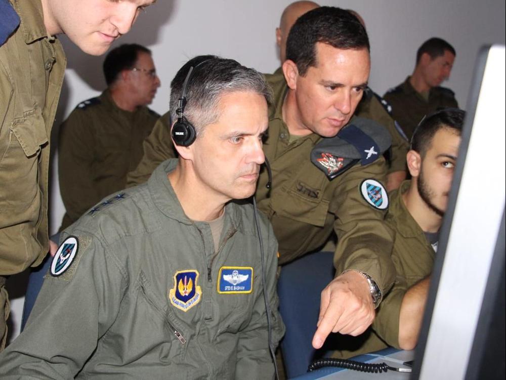 תת אלוף רן כוכב, מפקד מערך הגנה אווירי עם מפקד פיקוד אירופה של צבא ארצות הברית (EUCOM) ורס״ן רימון וייס, מפקד סוללת פלמחים בגדוד 136 (חץ)