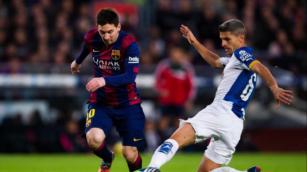שחקן ברצלונה ליאונל מסי מול שחקן אספניול סלבה סביליה. GettyImages
