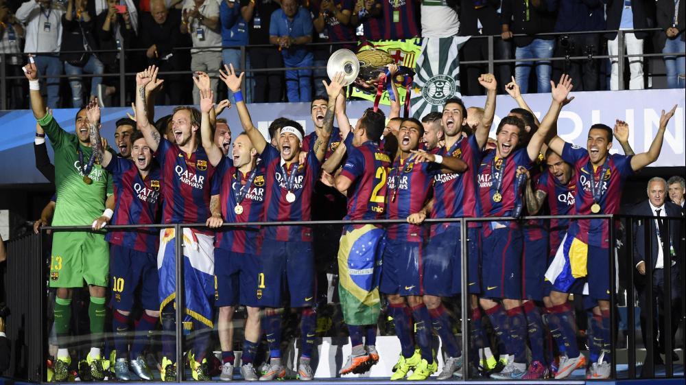 שחקני ברצלונה מניפים את גביע האלופות. רויטרס