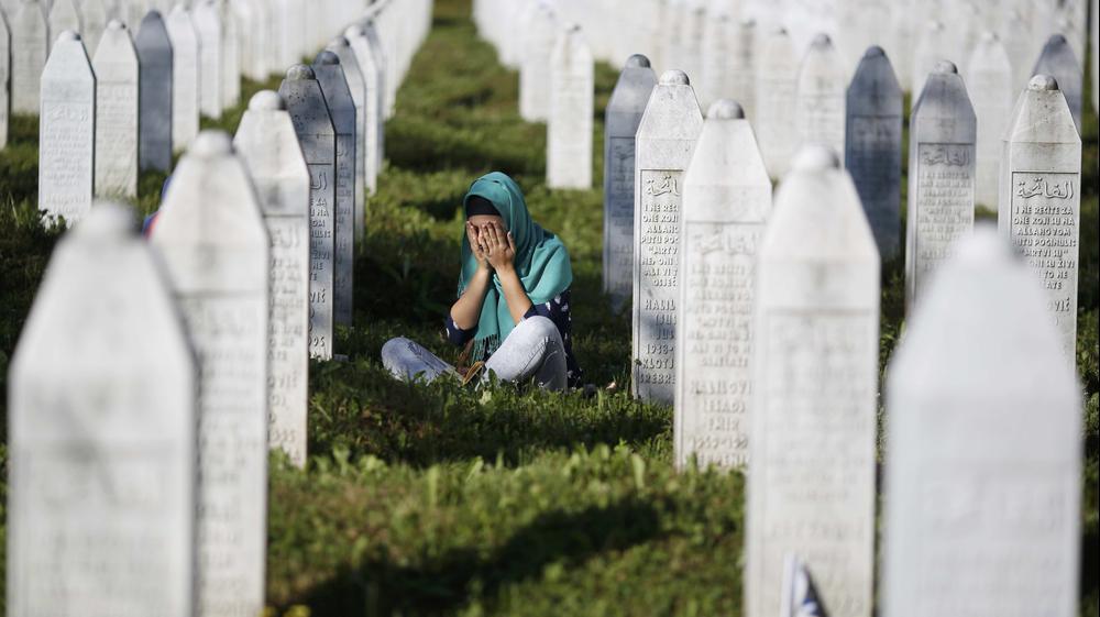 20 שנה לטבח בעיר סרברניצה בבוסניה, שרידי גופות חדשות שנמצאו לאחרונה נקברו לצד הגופות שכבר נקברו בעיר, יולי 2015