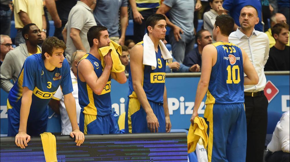 שחקני מכבי תל אביב, איתי שגב (9), יוגב אוחיון, דראגן בנדר. ברני ארדוב