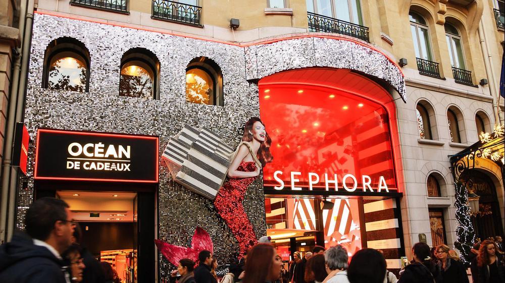 חנות ספורה בשדרת האליזה בפריז מקושטת לקראת חג המולד, 22 נובמבר 2014. ShutterStock