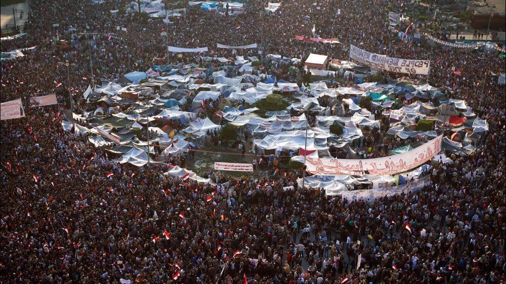 עשרות אלפי מפגינים מוחים בכיכר תחריר בקהיר נגד שלטונו של נשיא מצרים חוסני מובארק, 8 בפברואר 2011. AP