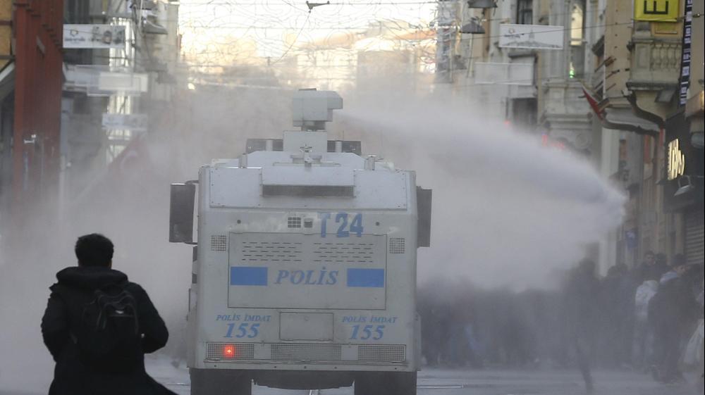עימותים בין מפגינים פרו-כורדים לכוחות המשטרה באיסטנבול, טורקיה, 20 בדצמבר 2015