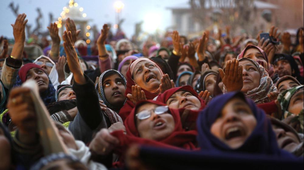 מוסלמים חוגגים את יום לידתו של הנביא מוחמד בסרינגר, קשמיר ההודית. AP
