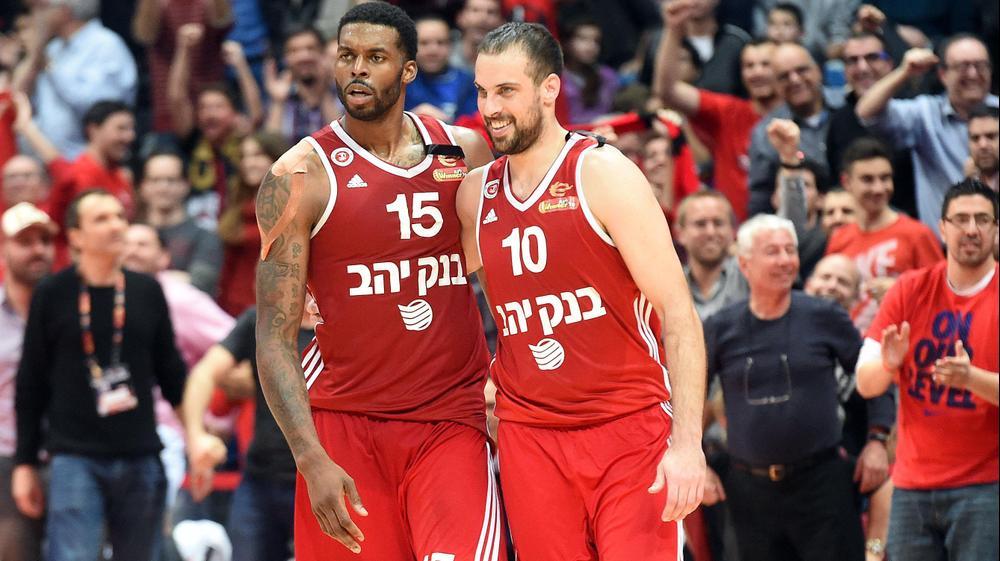 יותם הלפרין שחקן הפועל ירושלים (ימין) עם דונטה סמית'