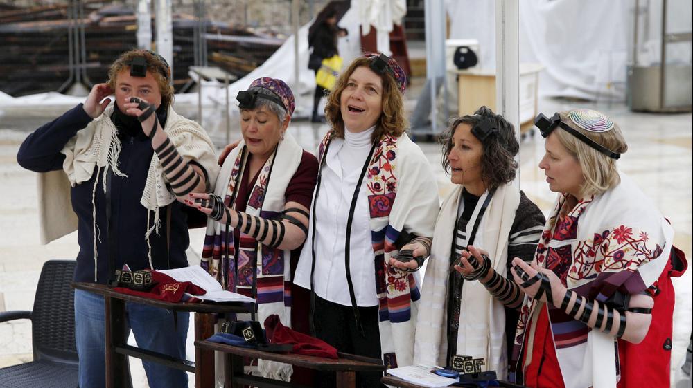 נשים מניחות תפילין, הכותל המערבי, ירושלים. פברואר 2016. רויטרס