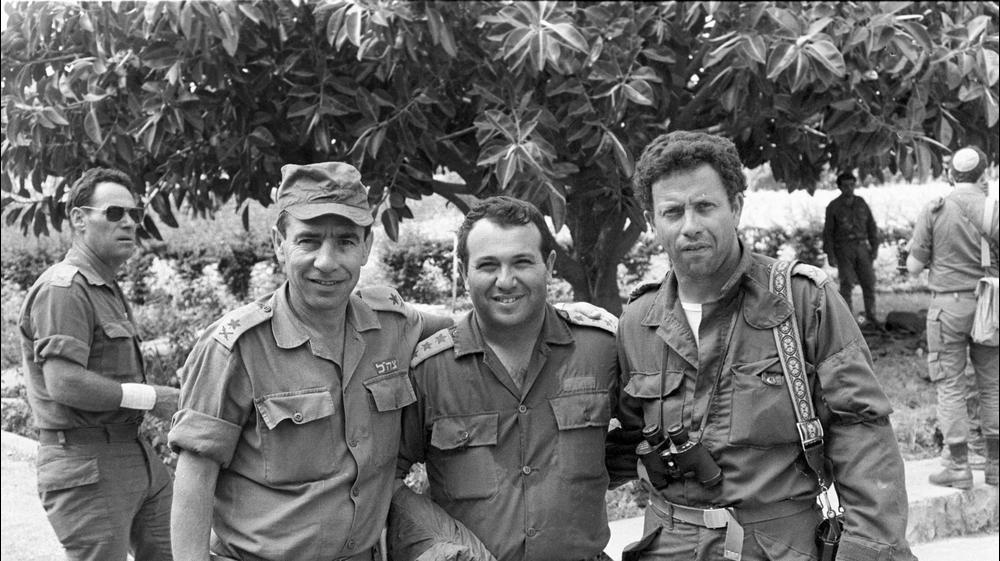 מימין: יוסי בן חנן, מאיר דגן וחיים נאדל. יוני 1982. מערכת במחנה, משרד הביטחון