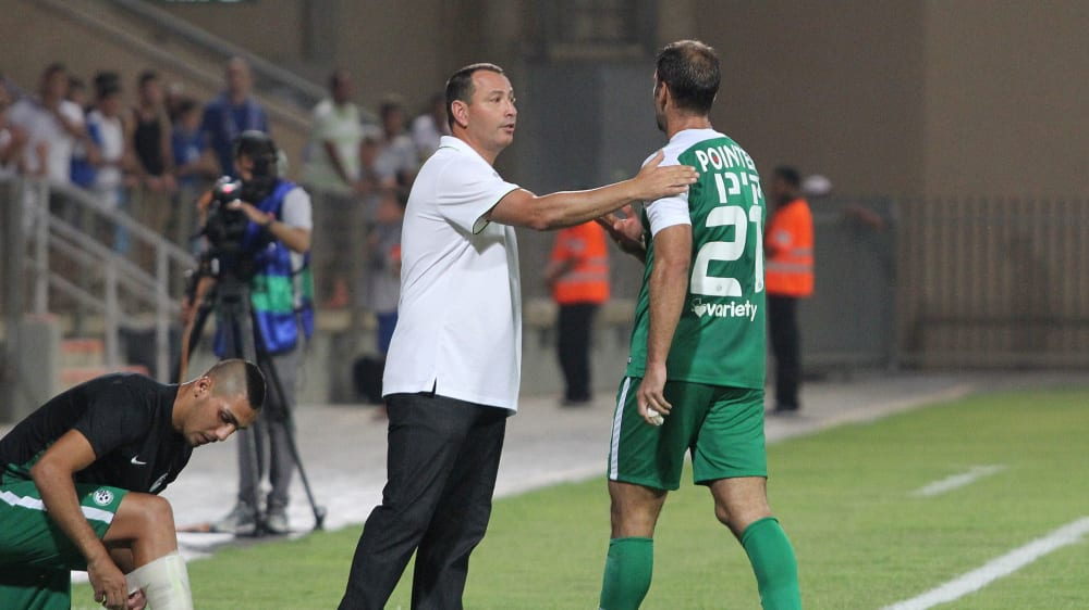 דקל קינן שחקן מכבי חיפה מורחק, לצדו מאמן הנוער איתי מרדכי. אדריאן הרבשטיין