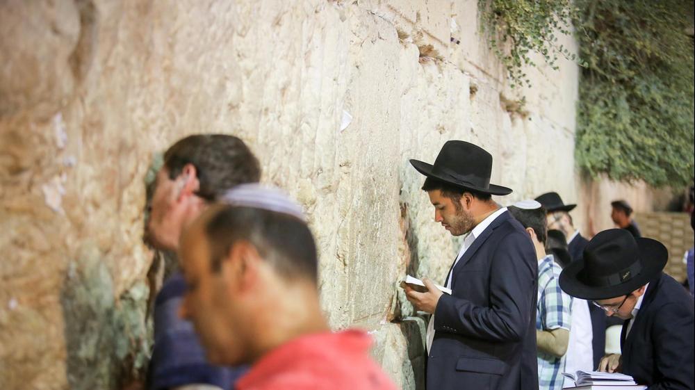 מתפללים בכותל המערבי ב-ט' באב, ירושלים, 13 באוגוסט 2016. נועם מושקוביץ