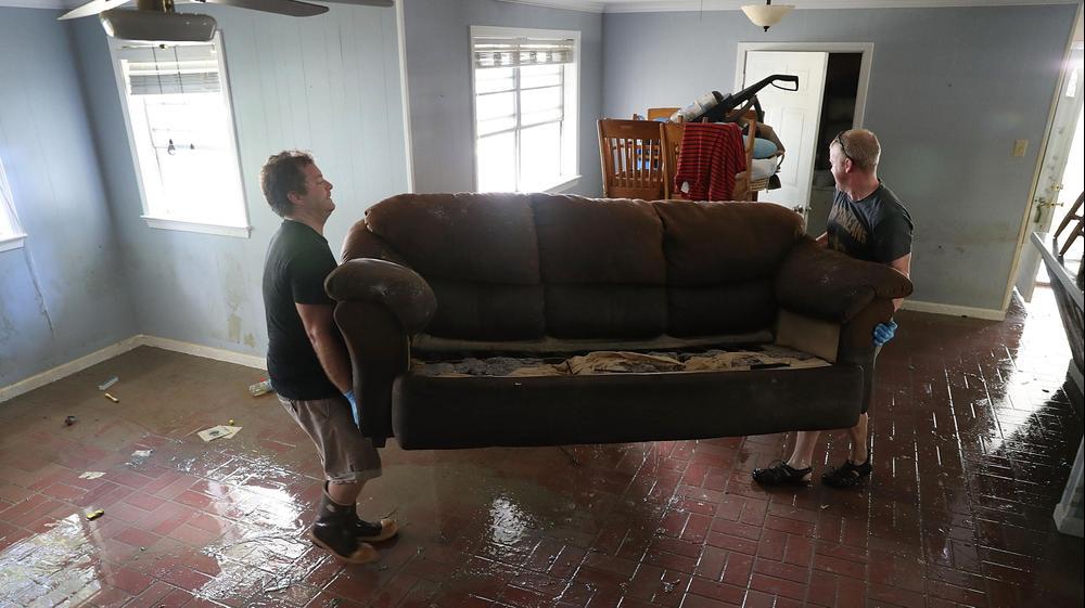 תושבים במדינת לואיזיאנה מנסים להציל רכוש בבתים