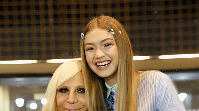 ג'יג'י חדיד ודונטלה ורסצ'ה בתצוגת אביב 17 של ורסצ'ה בשבוע האופנה של מילאנו, ספטמבר 16. GettyImages