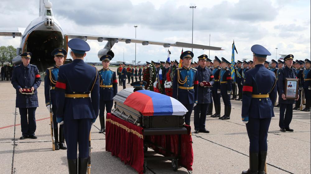 ארונו של חייל רוסי שנהרג בסוריה במשמר כבוד בנמל תעופה במוסקבה, 5 במאי 2016. AP