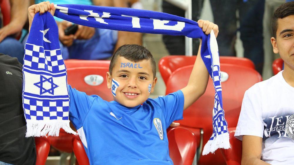 אוהדי נבחרת ישראל הצעירה מול יוון. לירון מולדובן