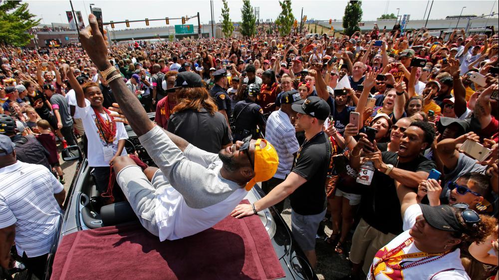 לברון ג'יימס מצלם סלפי במצעד האליפות של קליבלנד תמונות השנה. AP