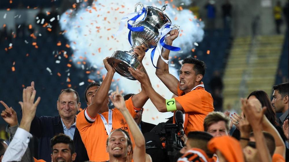 איציק עזוז, פדרו גלבאן שחקני בני יהודה מניפים את גביע המדינה. ברני ארדוב