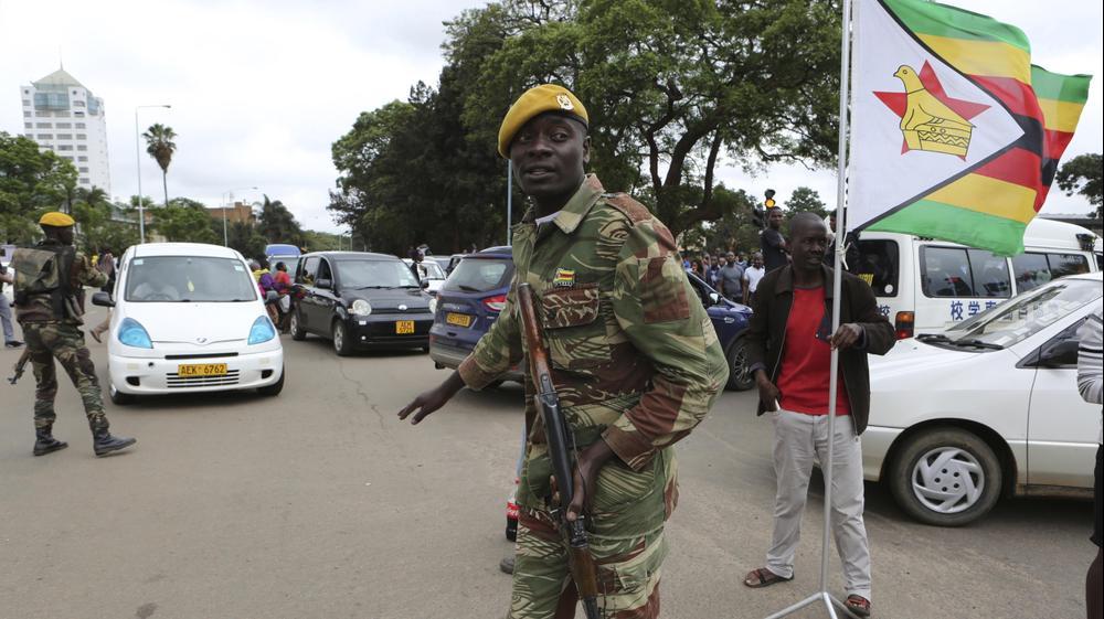 המפגינים בקריאה לנשיא זימבבואה, רוברט מוגאבה, להתפטר בהארה, זימבבואה, 18 בנובמבר 2017