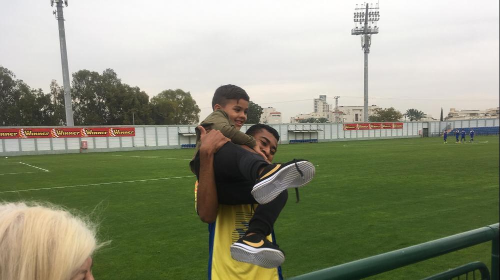 רז אמיר שחקן מכבי יבנה עם רוי זהבי, בנו של ערן זהבי. מערכת וואלה! NEWS