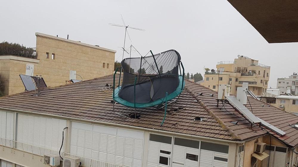 טרמפולינה שעפה מאחת הדירות לגג בניין בבני ברק 5 בינואר 2018. יונתן חורז'בסקי, מערכת וואלה! NEWS