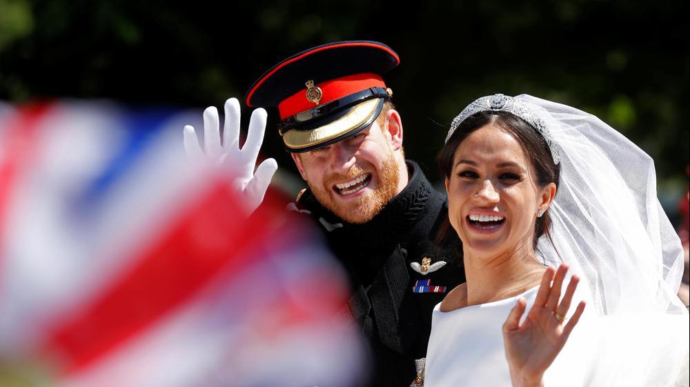 מייגן מרקל והנסיך הארי בכרכרה לאחר חתונתם , 19 במאי 2018