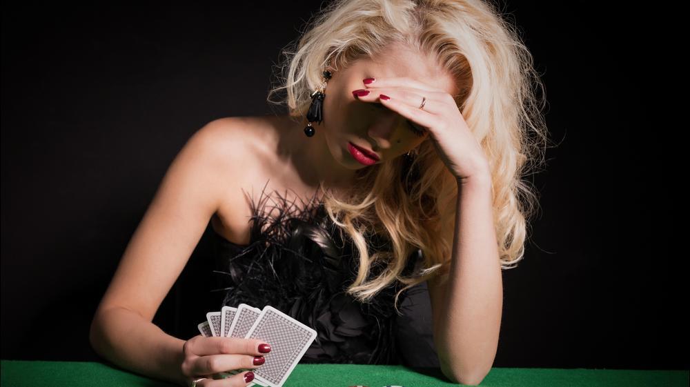 אישה מפסידה בקזינו. ShutterStock