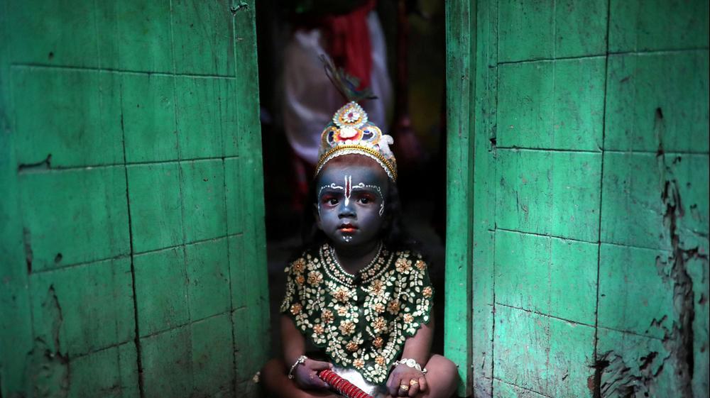 ילד מחופש במהלך פסטיבל בדאקה, בנגלדש