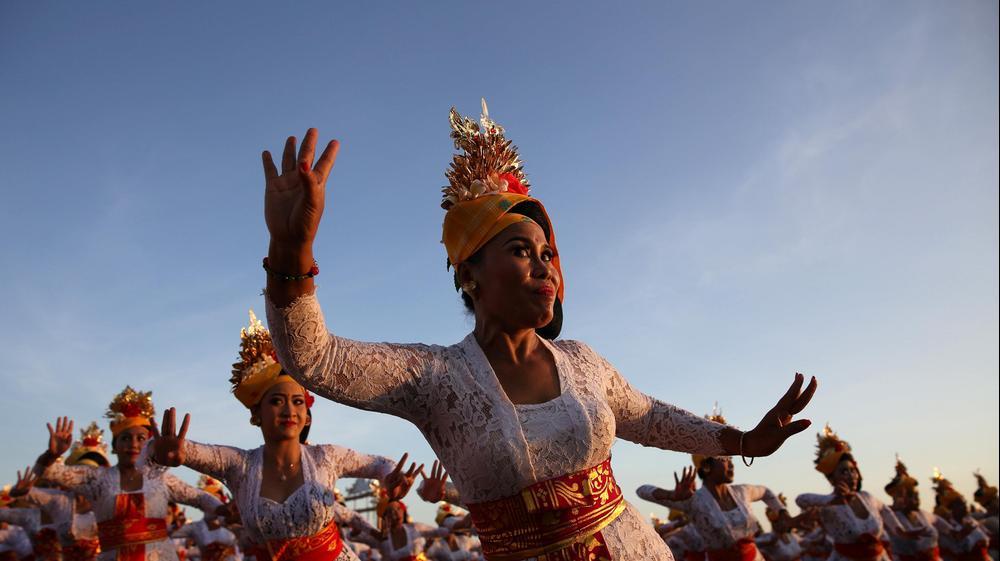 נשים הינדיות מבצעות את ריקוד טנון בטקס הסיום של פסטיבל בבאלי, אינדונזיה