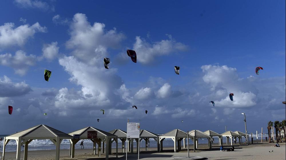 """קייטסרפינג,גלישת עפיפונים באמצעות מצנח מיוחד ושימוש בכוח הרוח כדי לגלוש על גלשן קטן ממדים במים.צולם בחוף הים של ת""""א, 12 בדצמבר 2018"""