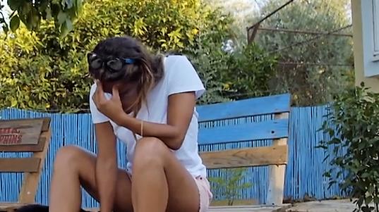 דקלה עצובה בחוץ קלוזאפ. מתוך חתונה ממבט ראשון, ערוץ 12, צילום מסך