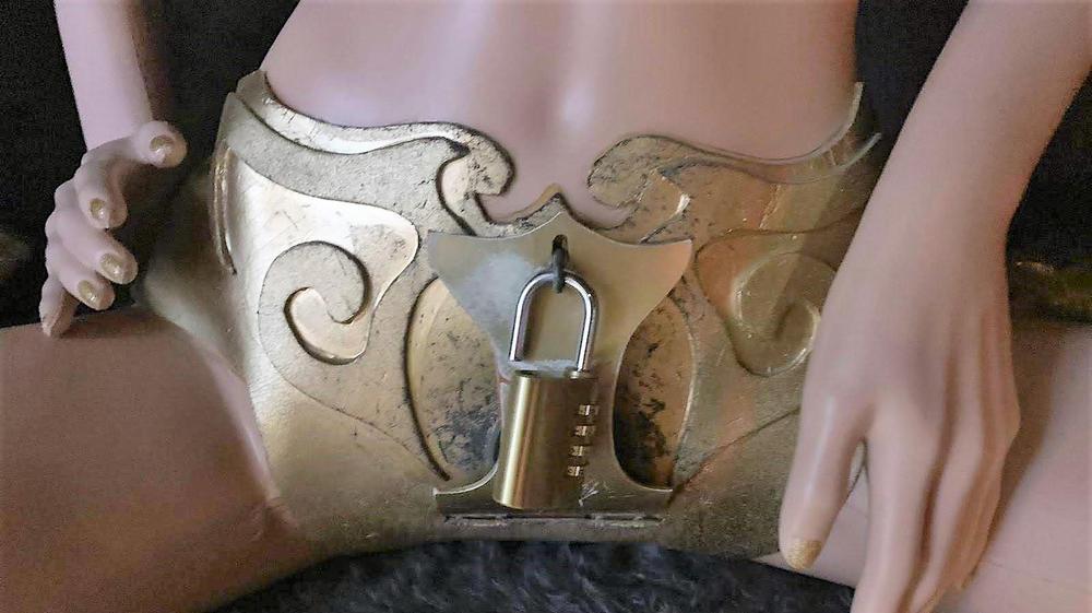 בובה עם חגורת צניעות. מערכת Sheee