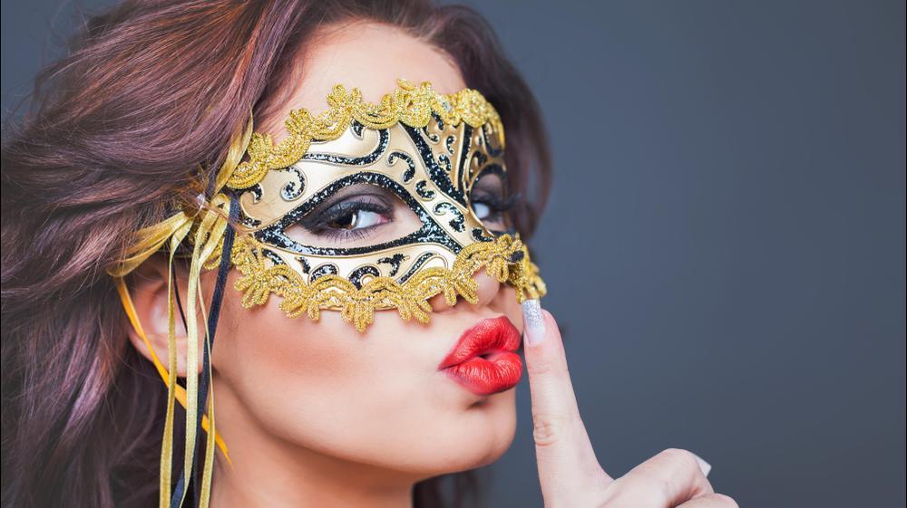 בחורה עם מסיכה