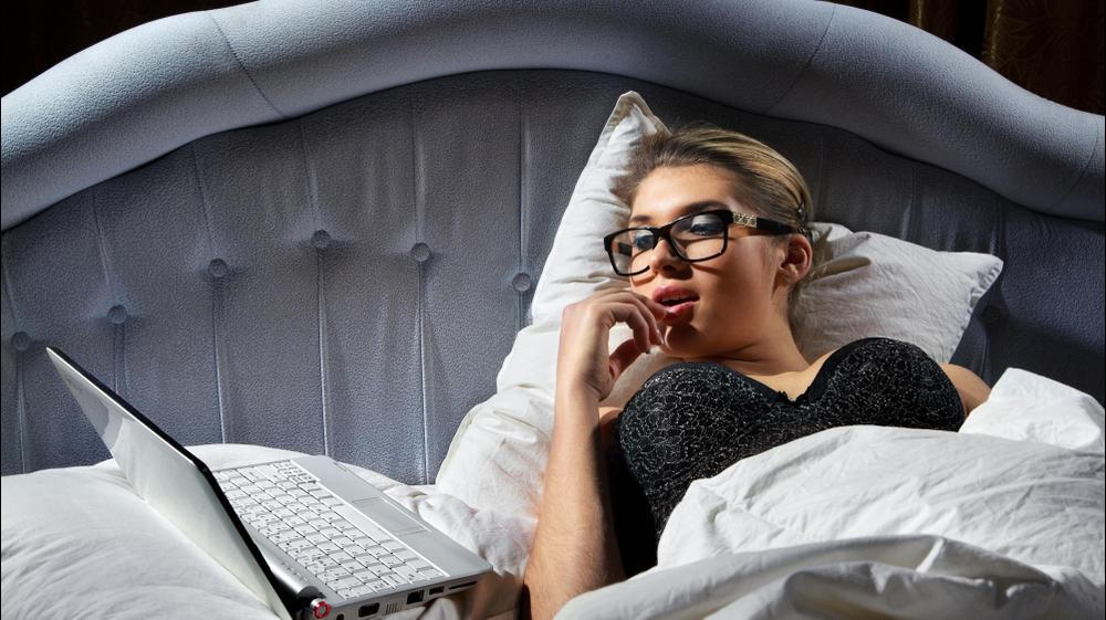 אישה מסתכלת במחשב. ShutterStock