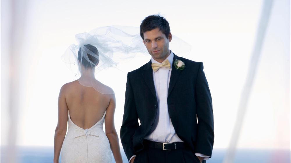 חתן עצוב ביום החתונה. ShutterStock