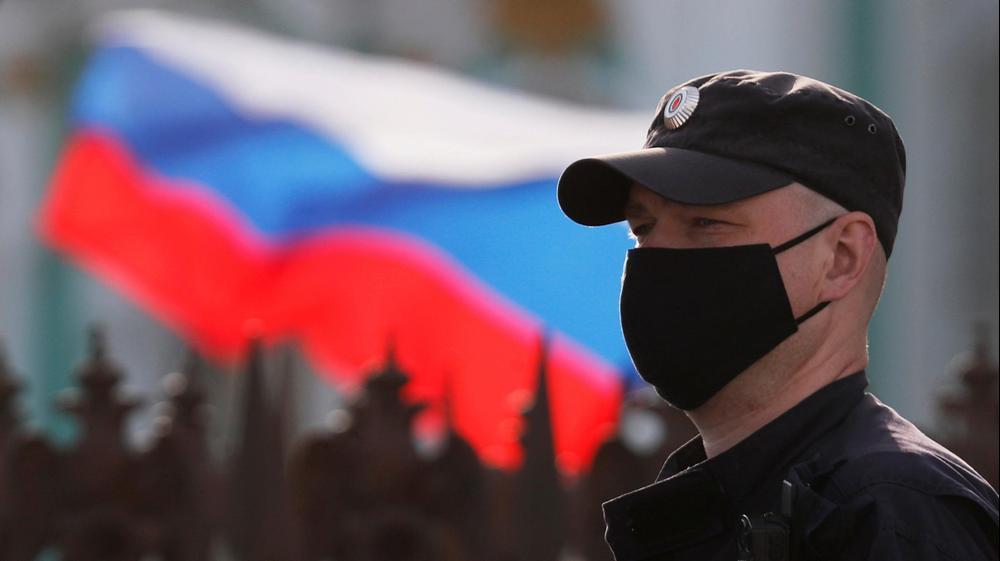שוטר עוטה מסכה לצורך התגוננות מנגיף הקורונה בסנט פטרסבורג, רוסיה