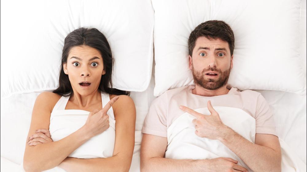 זוג מבולבל במיטה. ShutterStock