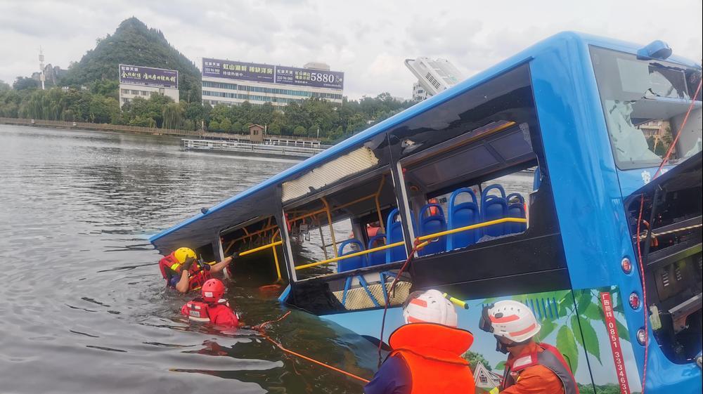 חילוץ אוטובוסים שהסיע תלמידים באנשון, סין. רויטרס