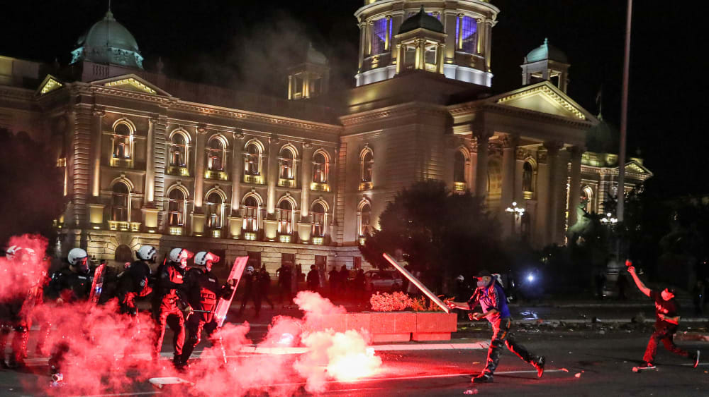 עימותים בין מפגינים וכוחות הביטחון במהלך מחאה נגד הסגר המתוכנן לבלימת הקורונה בבלגרד. רויטרס