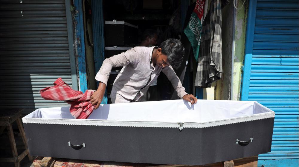 הכנת ארון קבורה למכירה בכלכותא, הודו. רויטרס