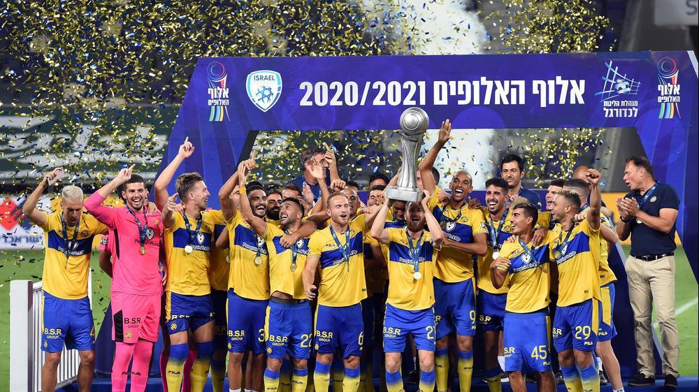 שחקני מכבי תל אביב עם גביע אלוף האלופים