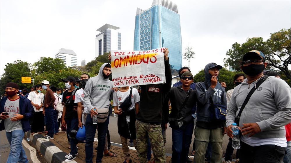 סטודנטים מפגינים נגד הצעת החוק לרפורמות ממשלתיות בג'קרטה, אינדונזיה
