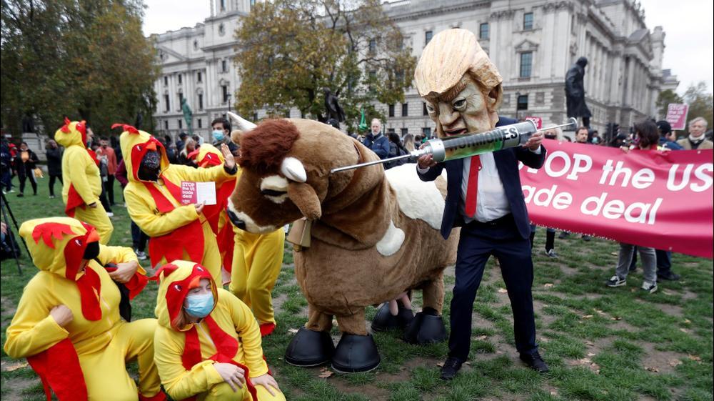"""מפגינים נגד טראמפ לקראת הבחירות לנשיאות ארה""""ב בלונדון"""