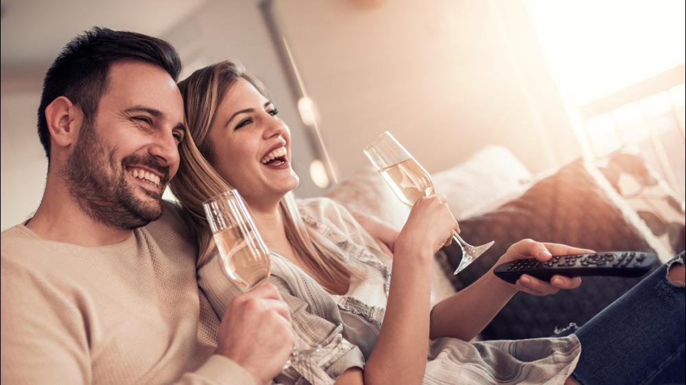 זוג צופה בסרט עם כוס יין. ShutterStock