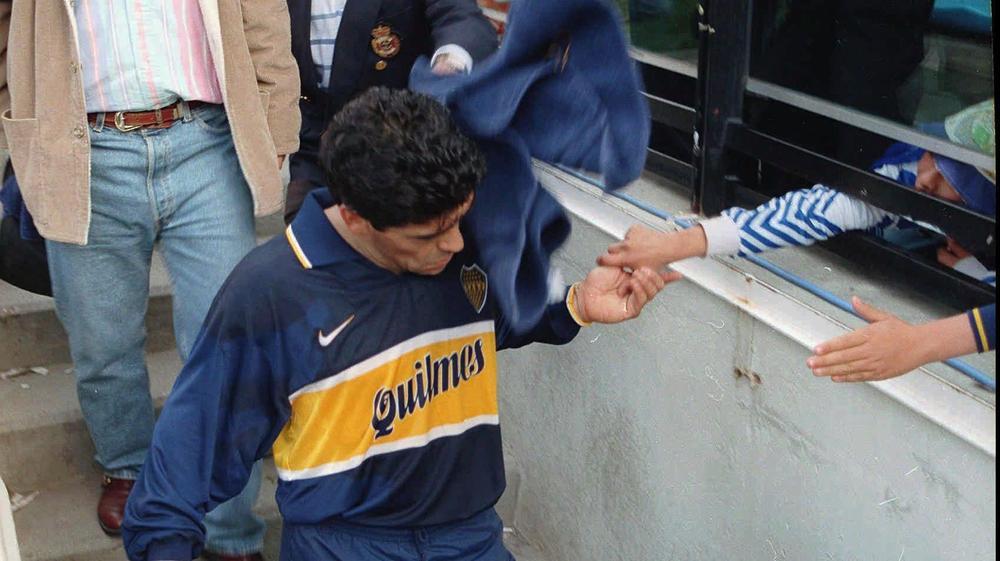 דייגו מראדונה במדי בוקה ג'וניורס לפני בדיקת הסמים החיובית, אוגוסט 1997
