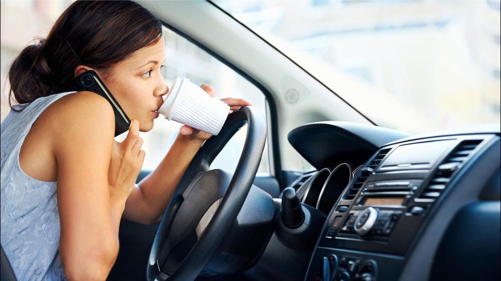 אישה עסוקה ברכב. ShutterStock
