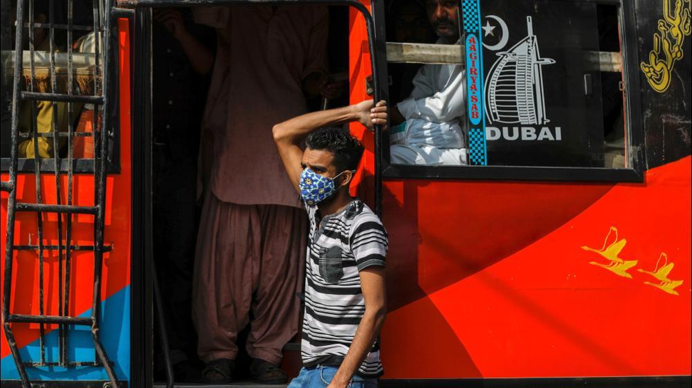 אדם עוטה מסכה בקאראצ'י, פקיסטן