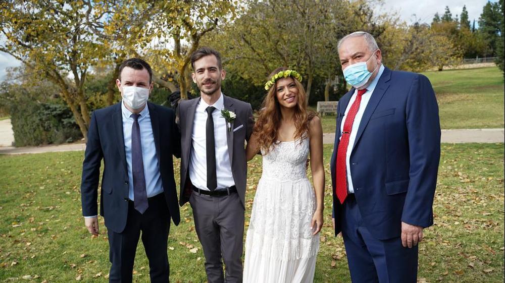 Авигдор Либерман в роли раввина на свадьбе. Michael Lurie  Status Art Productions, אתר רשמי